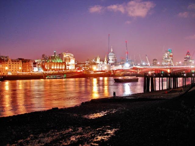 Love by the river Thames - Aleksandar Manasiev