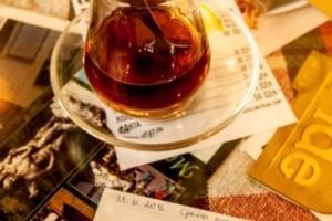 Чај, маса и вечни пораки под стаклото