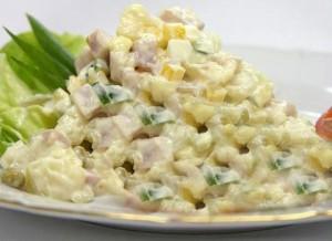 Руската салата е мешавина од варени компири и грашак, со рендани кашкавал, шунка, јајца и мајонез.