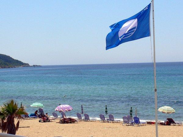 Крф, Грција, плажа со сино знаме