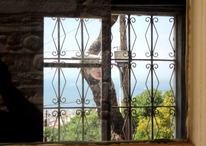 поглед кон морето од затворска канцеларија