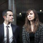 Türk asıllı bir hanımefendi ve Makedon asıllı bir beyefendi insanlara AB labirentlerinde rehberlik yapmaktadırlar
